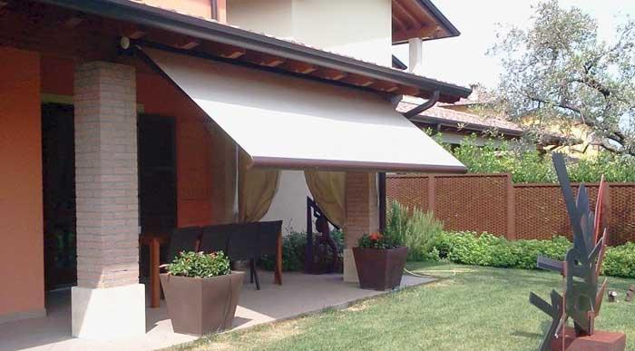 Tenda da sole in giardino paese provincia di Bergamo