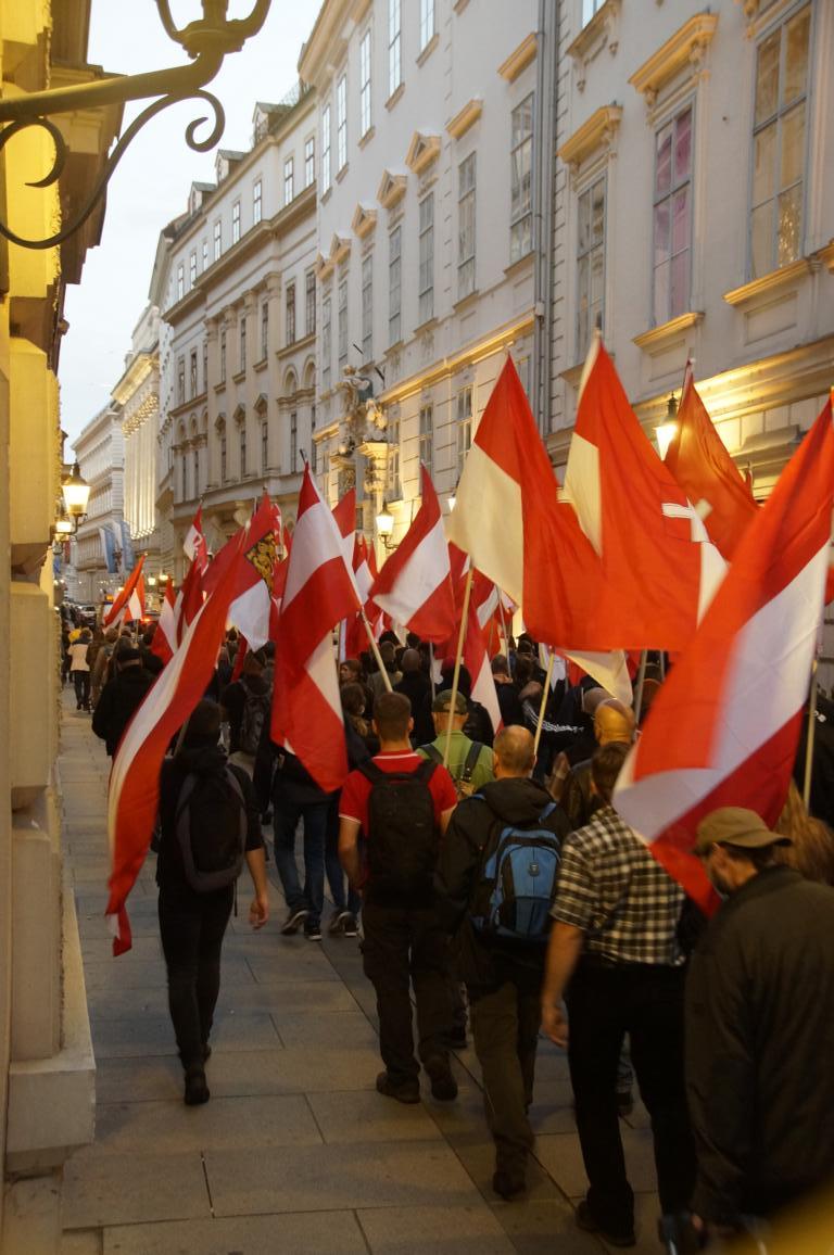 Bei herrlicher Abendstimmung legen die Patrioten die letzten paar Meter der Demonstration Richtung U-Bahnstation Herrengasse zurück. Bild: Info-DIREKT