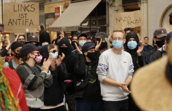 Während der patriotische Demozug Richtung Bundeskanzleramt abzog, blockierten einige Antifa-Aktivisten die Herrengasse.