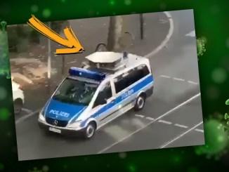 Ein Polizeiauto mahnt in Frankfurt zur Verwendung von Corona-Masken, sonst drohe ein Bußgeld.