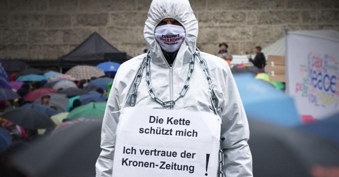 """""""Schwarze Wahrheit""""-Demo-Teilnehmer bei der Demonstration gegen die Corona-Maßnahmen in Salzburg."""