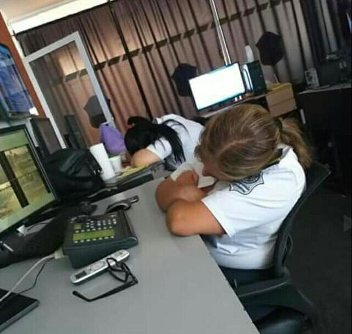 Se viralizaron fotos de policías durmiendo en el Centro de Monitoreo de Aguilares