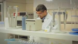"""Laboratorio que atiende el control de calidad de la Planta de Filtros, y realiza análisis y controles de calidad para Medio Ambiente, Metalurgia y Puerto""""."""