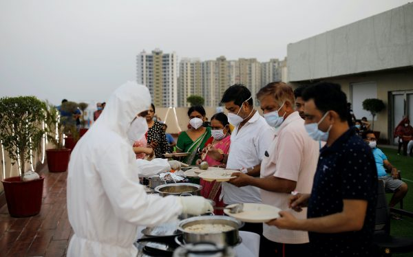 Hospital staff serve food to the patients suffering from the coronavirus disease (COVID-19) during an evening buffet at a terrace of the Yatharth Hospital in Noida, on the outskirts of New Delhi, India, 15 September, 2020 (Reuters/Adnan Abidi).