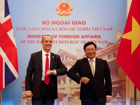 British Foreign Secretary Dominic Raab (L) meets his Vietnamese counterpart Pham Binh Minh at the Government Guesthouse in Hanoi, Vietnam, 30 September 2020 (Photo: Reuters/Kham).