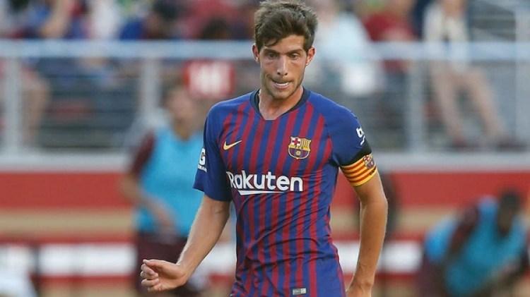 Si ninguno de los tres jugadores está en cancha, Sergi Roberto llevará la cinta de capitán (AFP)