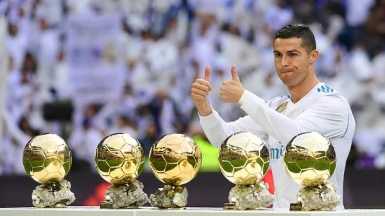 El portugués posa con sus cinco Balones de Oro. También obtuvo dos premios The Best (AFP)