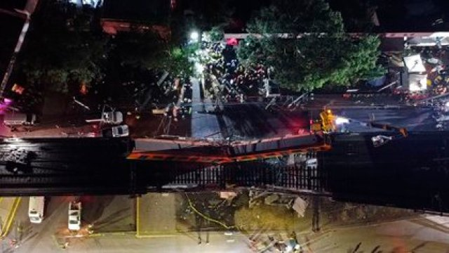 MEX805. CIUDAD DE MÉXICO (MÉXICO), 03/05/2021.- Vista aérea realizada con un drone que muestra el colapso de los vagones del metro esta noche, en la Ciudad de México (México). Al menos 15 personas murieron y otras 70 resultaron heridas al desplomarse en la noche de lunes un puente de la vía elevada de la línea 12 del Metro de Ciudad de México entre la estación Olivos y Tezonco sobre el que circulaba un tren con varios vagones. EFE/ Sáshenka Gutiérrez