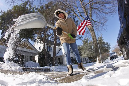 Un hombre saca la nieve con una pala (Ron Jenkins / GETTY IMAGES NORTH AMERICA / AFP)