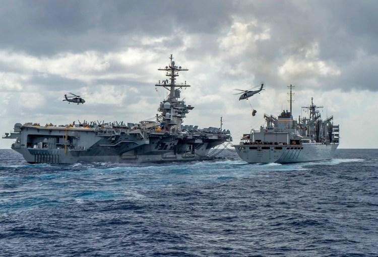 USS Abraham Lincoln recibiendo suministros en el mar(Photo by MCSN Jason Waite / Navy Office of Information / AFP)