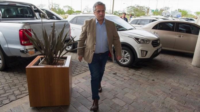 Alberto Fernández llegando al hotel