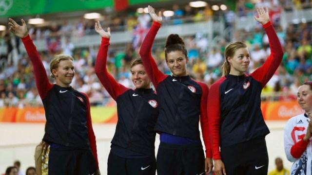 Kelly Catlin, la segunda desde la izquierda, y su equipo celebrando la medalla de plata en el Circuito de Equipos de Mujeres en los Juegos Olímpicos de Río 2016. (Foto: Bryn Lennon/Getty Images)