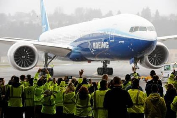 Boeing workers celebrate as the Boeing 777X aircraft returns to the hangar after its first flight test, at the company's facilities in Seattle, Washington, United States. January 25, 2020. REUTERS / Terray Sylvester.