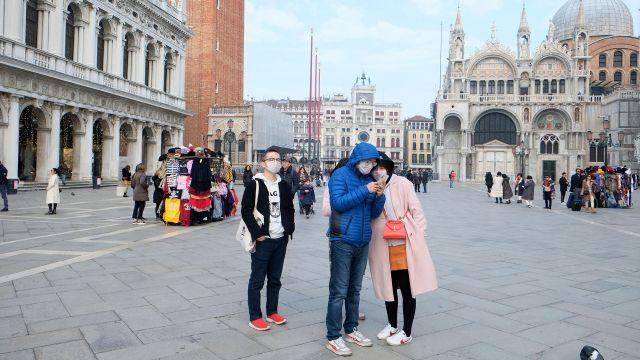 Turistas con barbijos en la Plaza San Marcos, en Venecia. Foto: REUTERS/Manuel Silvestri