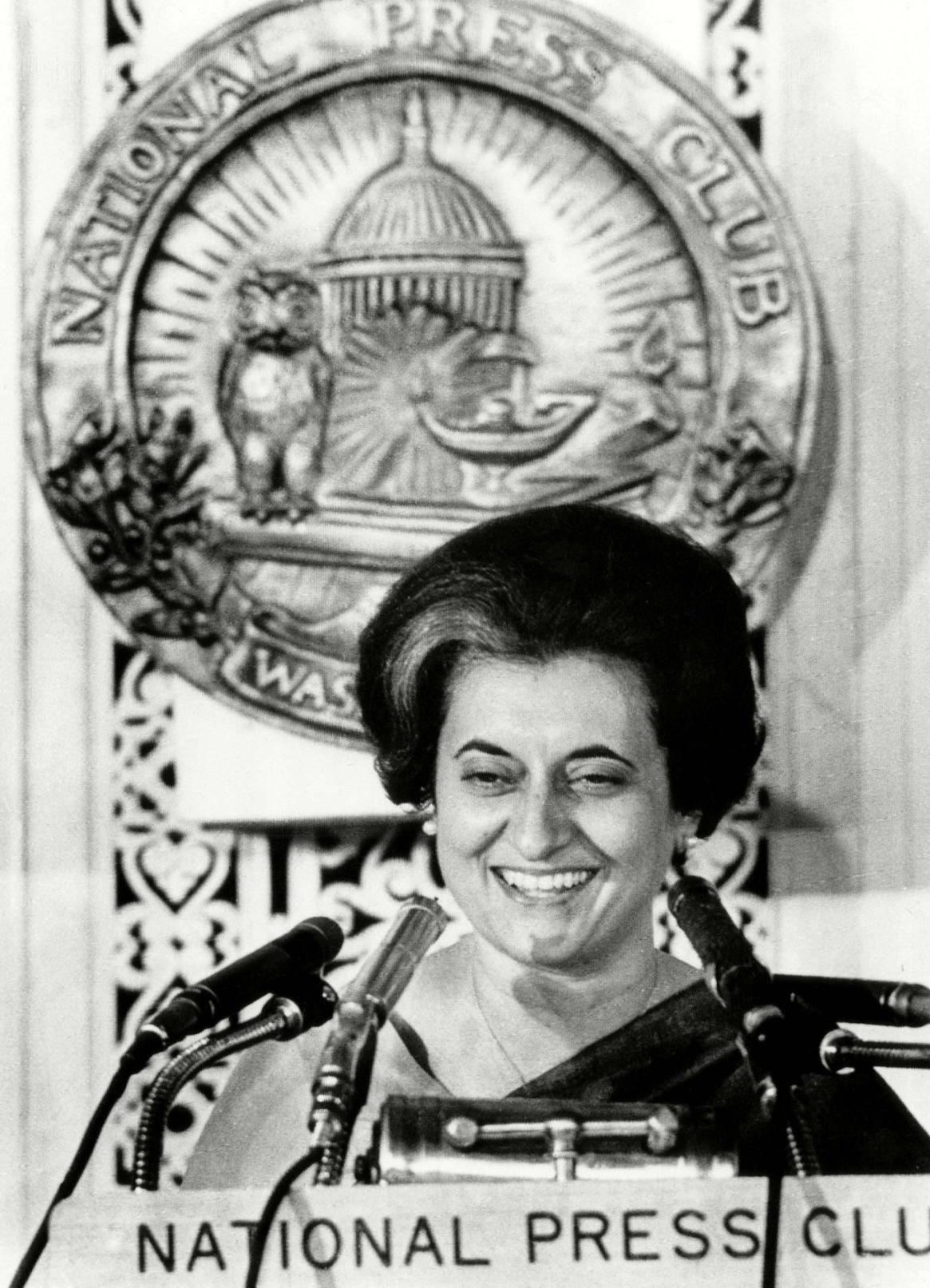 Indira Ghandi al hablar en un almuerzo en el National Press Club de Washington, el 29 de marzo de 1966