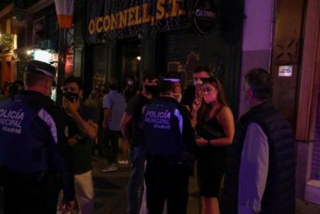 Una hora antes de la medianoche, la policía intentaba dispersar a los jóvenes. Luego fue inevitable (Reuters)