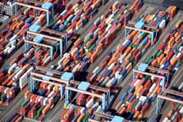 FOTO DE ARCHIVO: Contenedores en una terminal de carga en el puerto de Hamburgo, Alemania 1 de agosto de 2018. REUTERS/Fabian Bimmer
