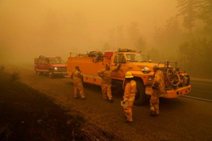 Bomberos trabajan cerca de Mill City, Oregon (AP)