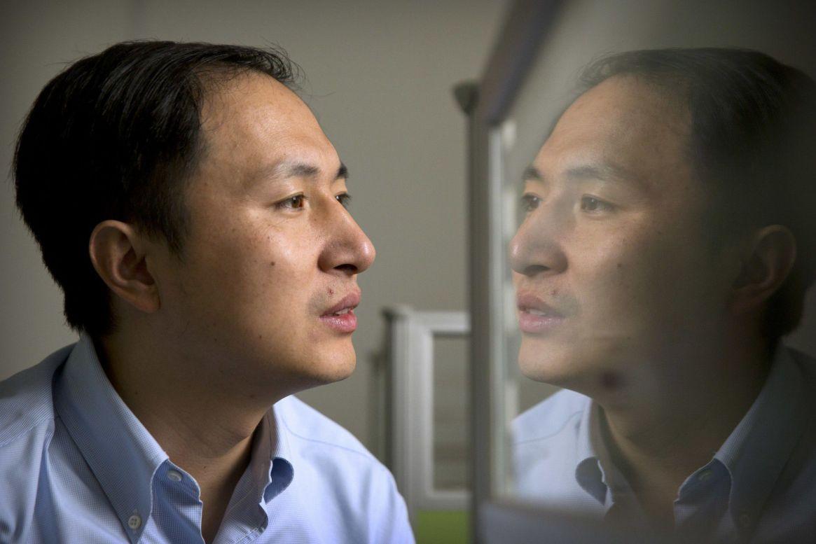 He Jiankui recibió el repudio mundial por su experimento secreto de modificación genética de dos gemelas para que sean inmunes al VIH. (AP Photo/Mark Schiefelbein)