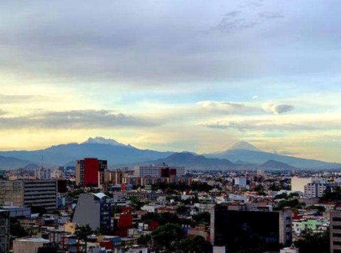 El Popocatépetl y la mujer dormida desde la Ciudad de México (Foto: Twitter @vodkactuario)