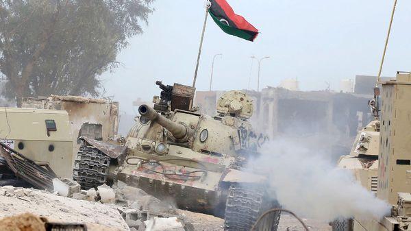 El avance de un tanque del Ejército Nacional Libio, cuyo asedio al grupo terrorista llevó a su disolución (AFP)