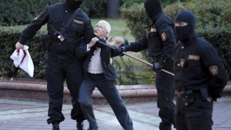 La activista de la oposición Nina Baginskaya, de 73 años, lucha con la policía durante una manifestación de partidarios de la oposición bielorrusa en la Plaza de la Independencia en Minsk (Dmitri Lovetsky / The Associated Press)