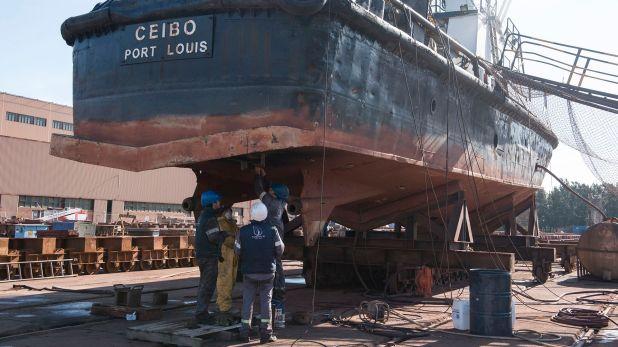 La planta industrial atiende desde buques de gran porte hasta embarcaciones de apoyo marítimo o fluvial
