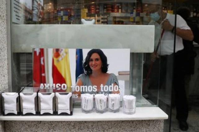 Un bar de Madrid muestra su apoyo a Isabel Díaz Ayuso de cara a las elecciones regionales (REUTERS/Susana Vera)