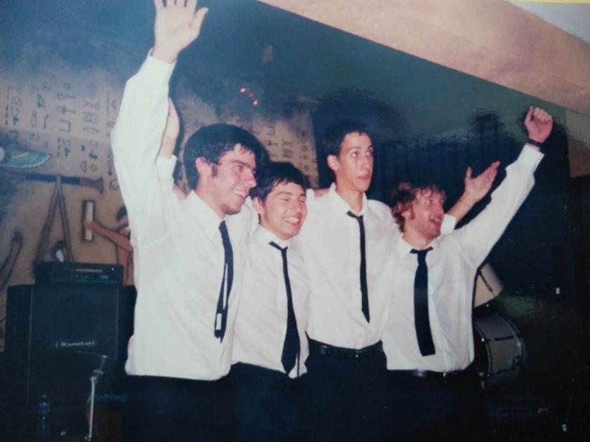 El artista junto a su banda homenaje