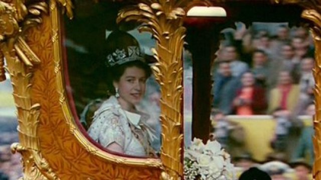 Nació en Londres como la hija mayor de los duques de York (más tarde los reyes Jorge VI e Isabel) y fue educada en su casa. Su padre ascendió al trono en 1936, tras la abdicación de su hermano Eduardo VIII