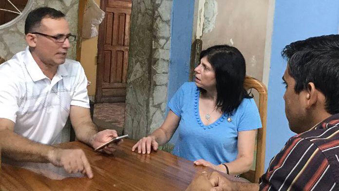 La embajadora Mara Tekach, junto a José Daniel Ferrer (@WHAAsstSecty)