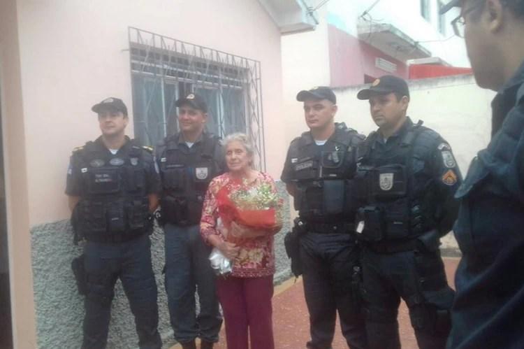 La mujer con los policías (Twitter: Anacgraf2)