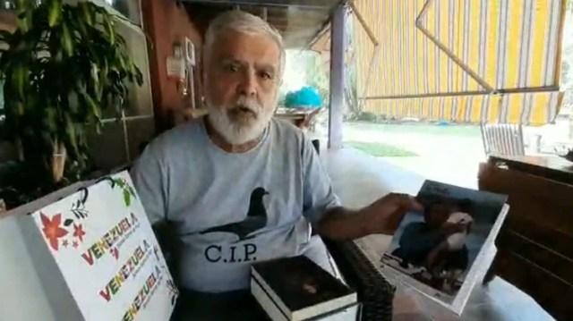 De Vido mostrando los regalos que le envió Nicolás Maduro