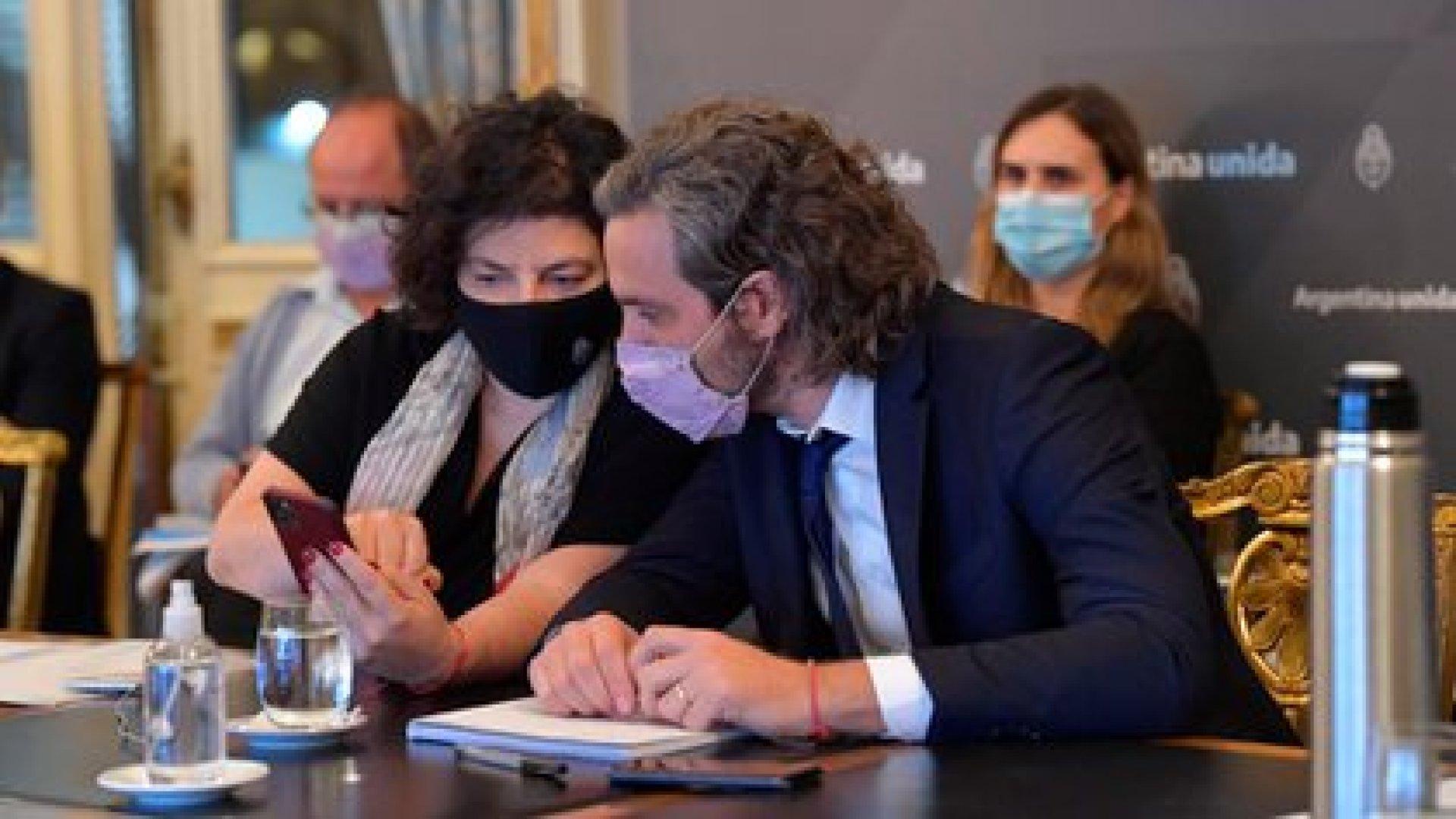El jefe de Gabinete, Santiago Cafiero, junto a la ministra de Salud, Carla Vizzotti, durante la reunión de este lunes