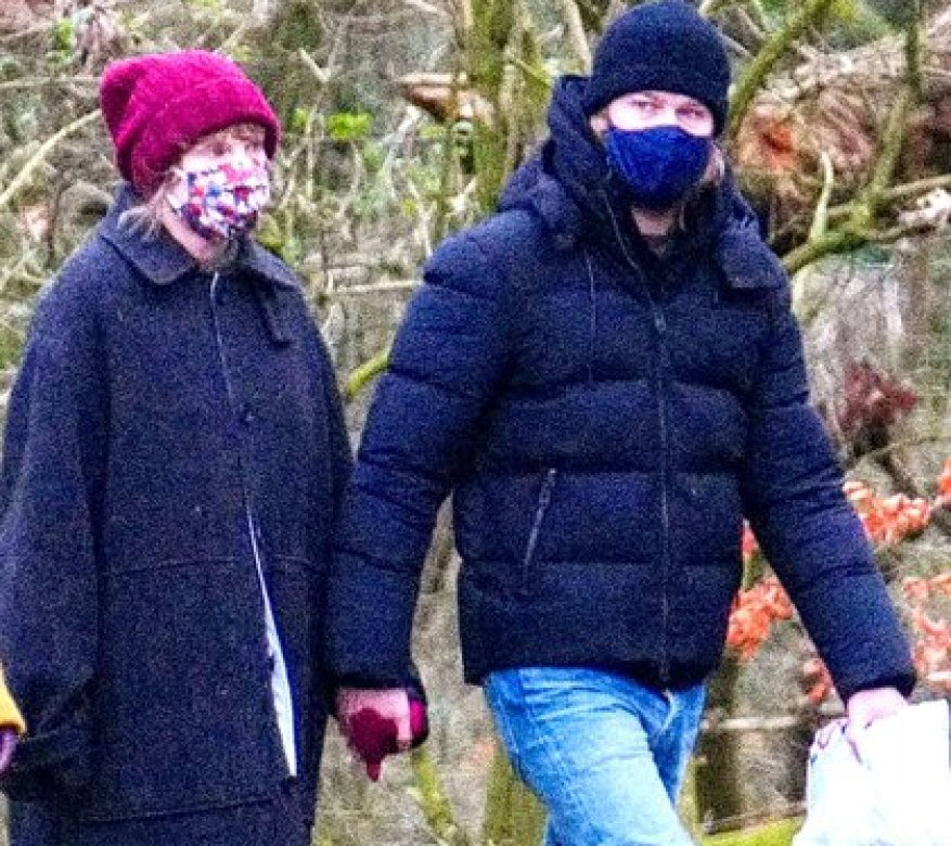 Romantic walk.  Taylor Swift and her boyfriend, Joe Alwyn, walked the streets of London.  Although the English authorities only allow them to go out to make essential purchases in supermarkets and pharmacies, the couple took a breath with masks and without meeting anyone, to maintain social distance (Photos: Grosby Gorup)