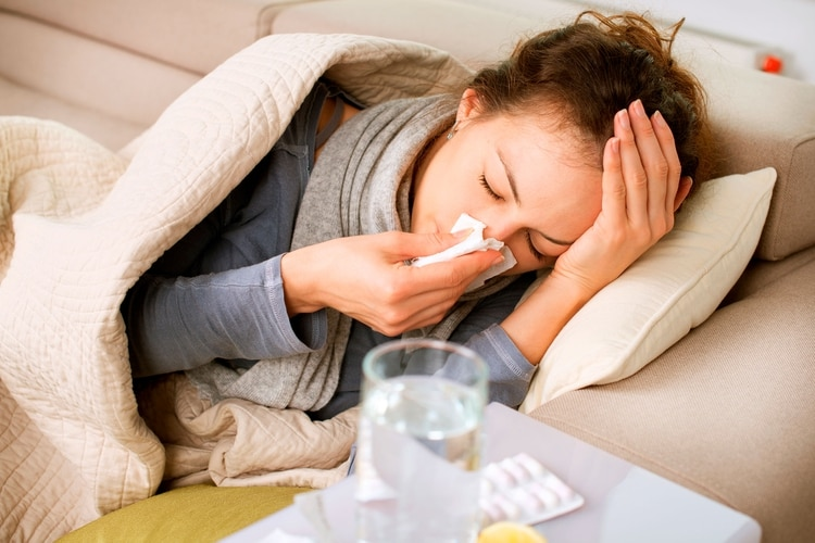 El SARS-CoV-2 se suma la circulación de los otros virus que habitualmente coexisten durante los meses de frío, entre ellos, el de la gripe (Shutterstock)