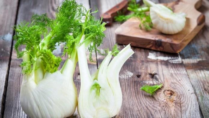 El hinojo tanto crudo como cocido tiene propiedades adelgazantes: reduce la hinchazón abdominal (Getty Images)