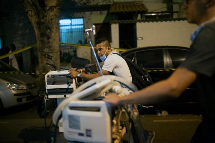 El traslado de equipos (MAURO PIMENTEL / AFP)
