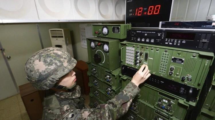 Un militar surcoreano controla los parlantes de propaganda (Getty)
