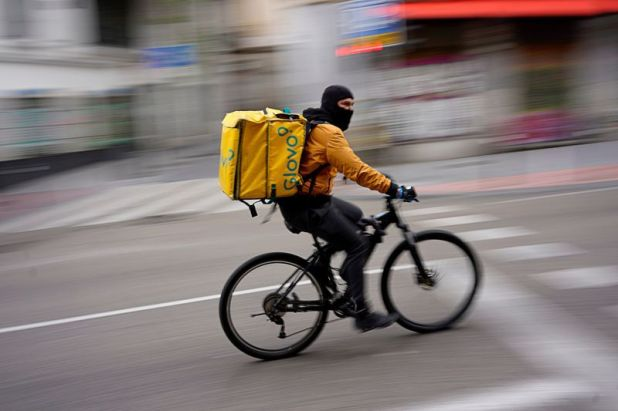 Un repartidor de delivery en bicicleta (REUTERS/Juan Medina/File Photo)
