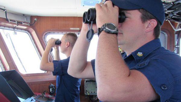 Agentes de la Guardia Costera de Estados Unidos buscan intensamente a la aeronave