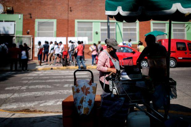 Miles de residentes bolivianos en la Argentina votan hoy para las elecciones presidenciales de su país, en un contexto marcado por la pandemia de COVID-19 (Efe/Juan Ignacio Roncoroni)