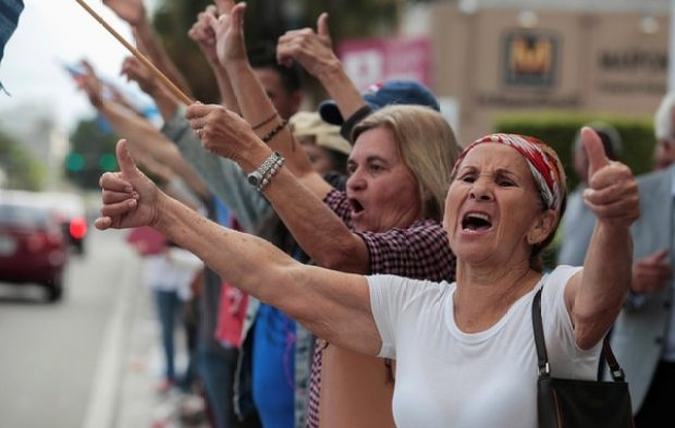 Cubanos en Miami mienstras celebran la muerte de Fidel Castro (REUTERS/Javier Galeano)