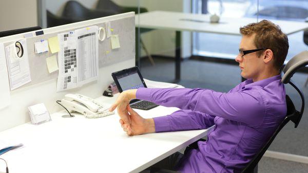 Sillas incómodas y pantallas mal ubicadas llevan a posturas poco saludables que pueden terminar en lesiones musculares y dolores. (iStock)