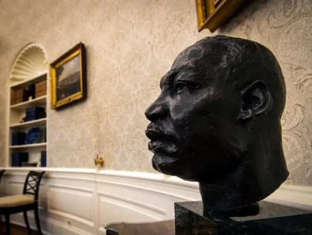 It also highlights a bust of Matin Luther King, a historic activist in the fight for the civil rights of African Americans (Photo: Twitter / arielmou)