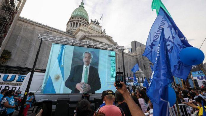Alberto Fernández saludo a la militancia