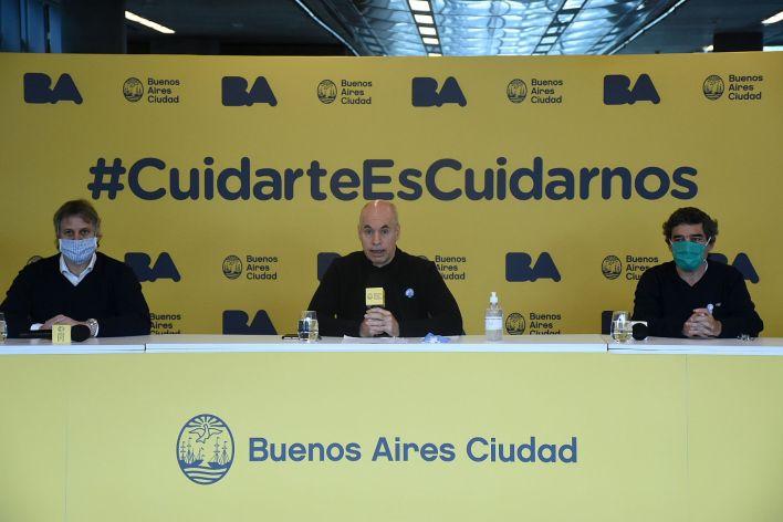 Larreta, durante la conferencia del domingo por la mañana, junto al jefe de Gabinete, Felipe Miguel, y el ministro de Salud, Fernán Quirós
