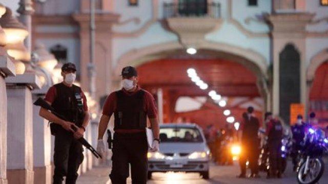La policía controla uno de los accesos a la ciudad en Buenos Aires (Argentina). EFE/Juan Ignacio Roncoroni/Archivo