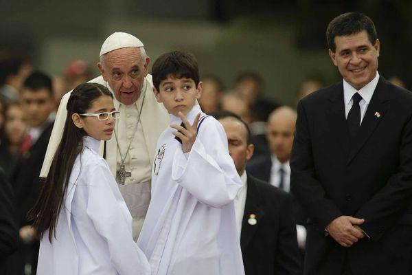 El papa Francisco junto al presidente paraguayo Horacio Cartes. (Foto AP/Victor R. Caivano)