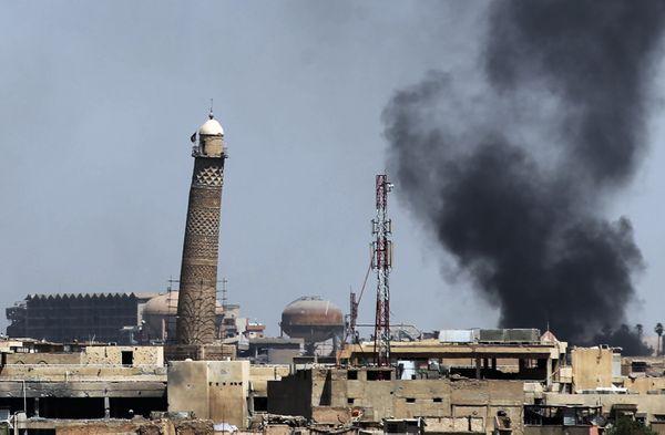 El humo crece en la ciudad vieja de Mosul y junto a la mezquita al Nuri durante lo combates del domingo(AFP)
